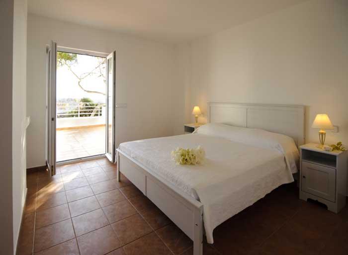 Schlafzimmer mit Zugang zur Sonnenterrasse Komfortables Ferienhaus Mallorca 8 Personen Großer Pool mit Kinderbereich Klimaanlage  PM 6562