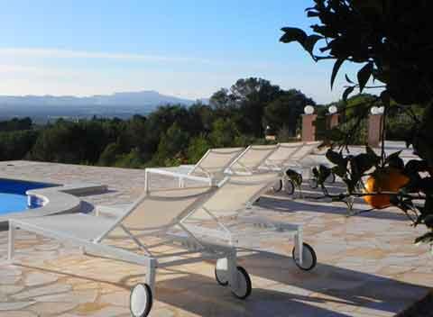 Sonnenliegen auf der Terrasse Geschmackvolles großes Ferienhaus Mallorca 8-10 Personen Großer Pool Klimaanlage PM 678