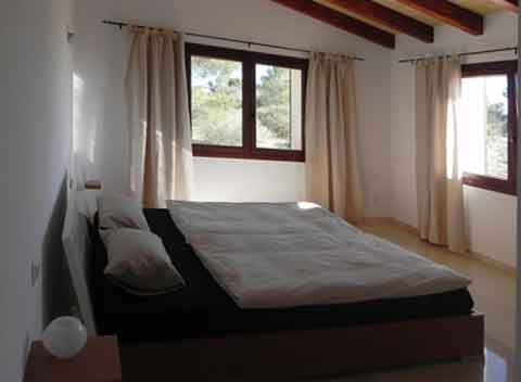 Schlafzimmer mit Doppelbett Große Finca Mallorca für 8-10 Personen Komfortabler Pool mit Überlauffunktion Internetzugang Klimaanlage PM 678