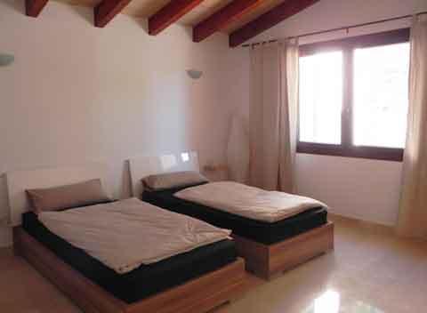 Schlafzimmer mit Einzelbetten Ferienhaus mit Komfortausstattung für 8-10 Personen Klimaanlage Internetzugang Großer Pool PM 678