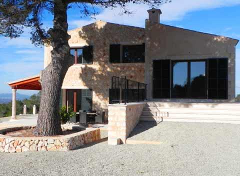 Seitenansicht  der komfortablen Finca Mallorca mit großem Pool und Klimaanlage Internetzugang 8-10 Personen PM 678