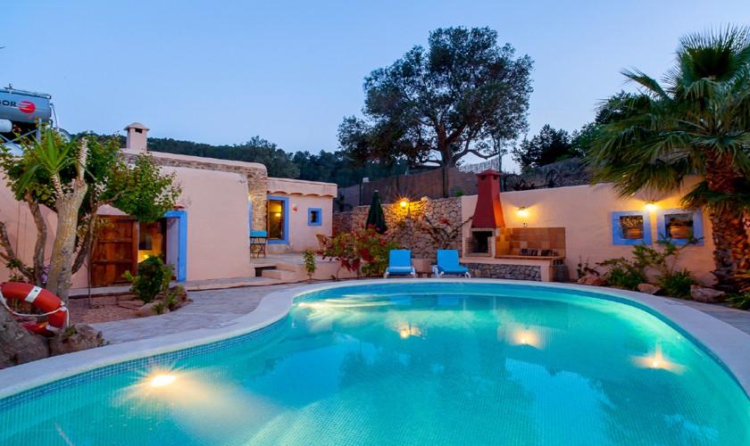 Pool und Finca Ibiza am Abend IBZ 22