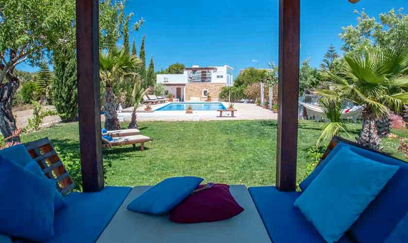 Garten und Blick auf die Ferienfinca Ibiza IBZ 23