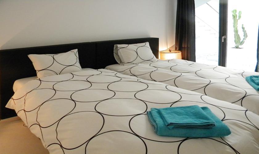 Schlafzimmer Ferienvilla Ibiza mit Meerblick und Pool IBZ 52