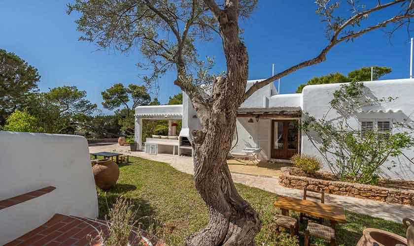 Blick auf Rasen und Finca Ibiza 10 Personen Ibz 61