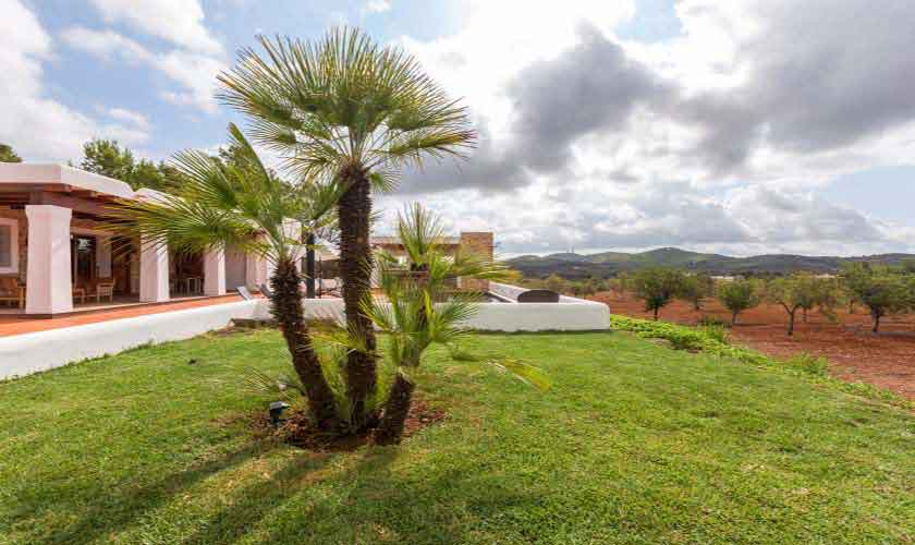 Rasenflächen Finca Ibiza mit Pool IBZ 97