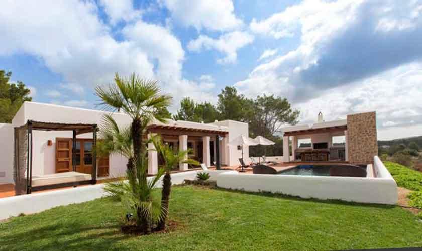Rasenfläche und Finca Ibiza mit Pool IBZ 97