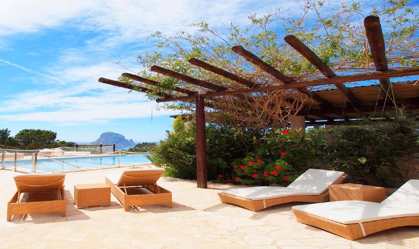 Terrasse mit Strandliegen Poolvilla Ibiza IBZ 11