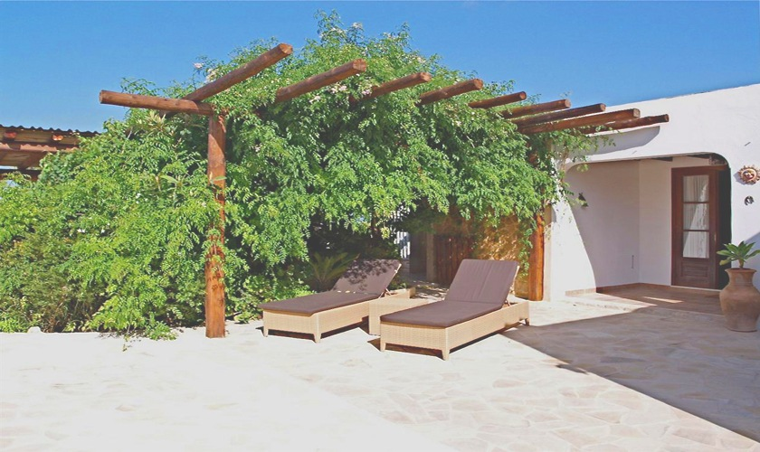 Terrasse mit Daybeds Poolvilla Ibiza IBZ 11