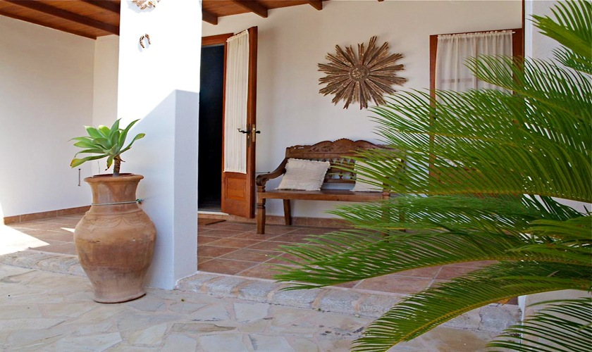 Terrasse mit Palme Poolvilla mit Aircondition Internet Ibiza IBZ 11