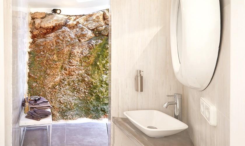 Badezimmer mit Natursteinwand Ferienhaus Ibiza Westküste 10 Personen Pool Meerblick IBZ 12