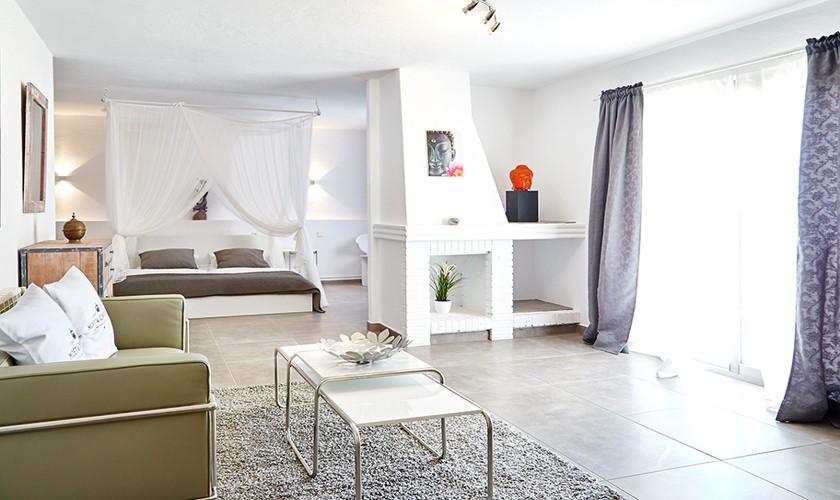 Schlafzimmer mit Kamin Poolvilla Ibiza IBZ 12