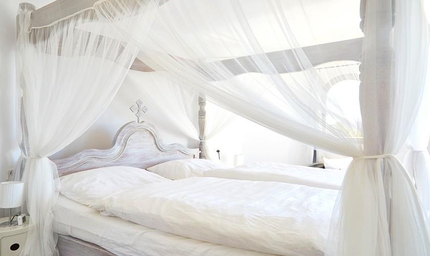 Bett mit Mückennetz Villa mit Pool Klimaanlage Ibiza Meerblick IBZ 12