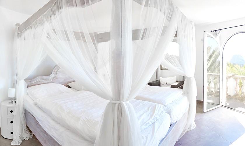 Schlafzimmer mit großem Bett Cala d'Hort Ibiza 10 Personen Pool Meerblick IBZ 12