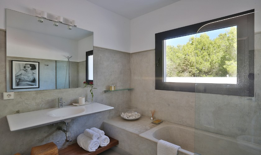 Badezimmer Ferienhaus mit Meerblick Ibiza Cala Tarida IBZ 14