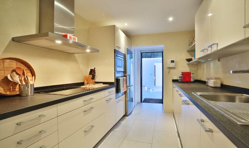 Blick in die Küche Ferienhaus mit Pool und Klimaanlage 8 Personen IBZ 14