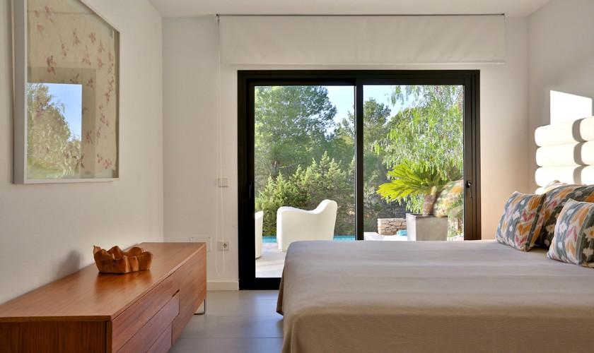 Schlafzimmer mit Blick ins Grüne Ferienhaus Meerblick Pool IBZ 14