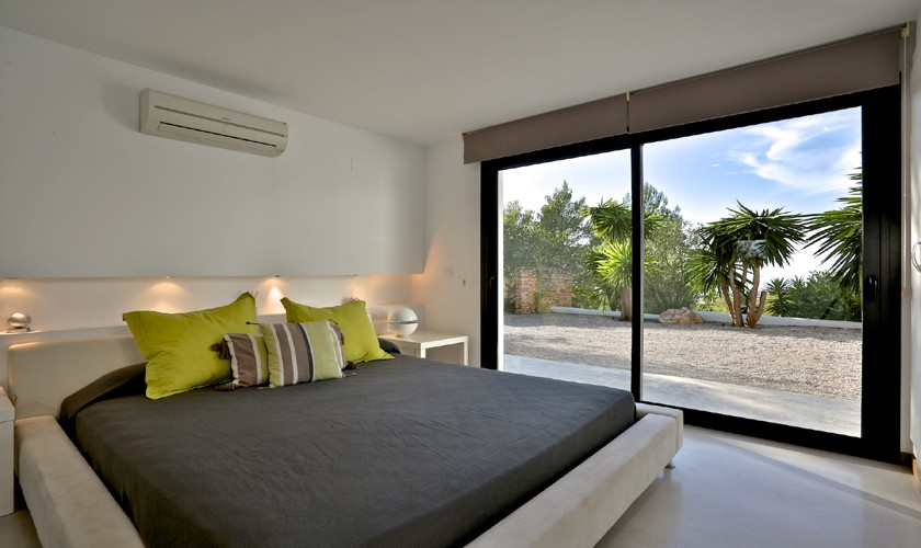 Schlafzimmer mit Doppelbett und Panoramafenster Poolvilla Ibiza IBZ 14