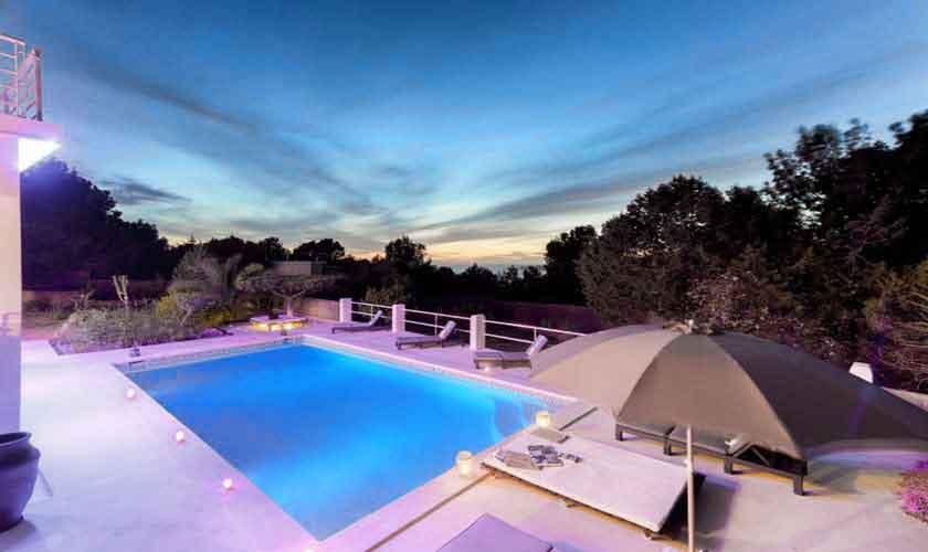 Pool und Ferienhaus Ibiza abends IBZ 72