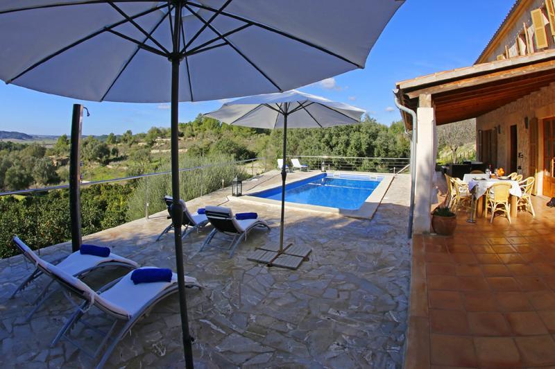 Pool und Liegen der Ferienfinca mit Pool PM 3062 für 8 Personen