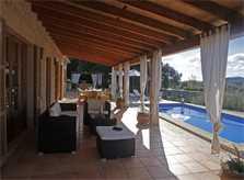 Terrasse mit Lounge-Sesseln der Ferienfinca mit Pool PM 3062 für 8 Personen