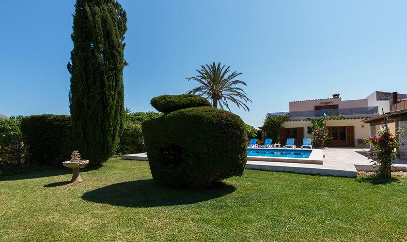 Pool und Rasenflächen  Ferienfinca Mallorca PM 3325