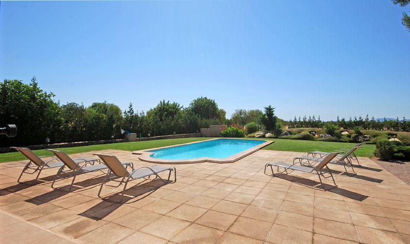 Terrasse mit Liegen Poolfinca Klimaanlage Internet PM 3708