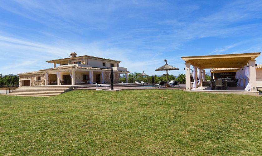 Rasenflächen der Luxusfinca Mallorca PM 3806