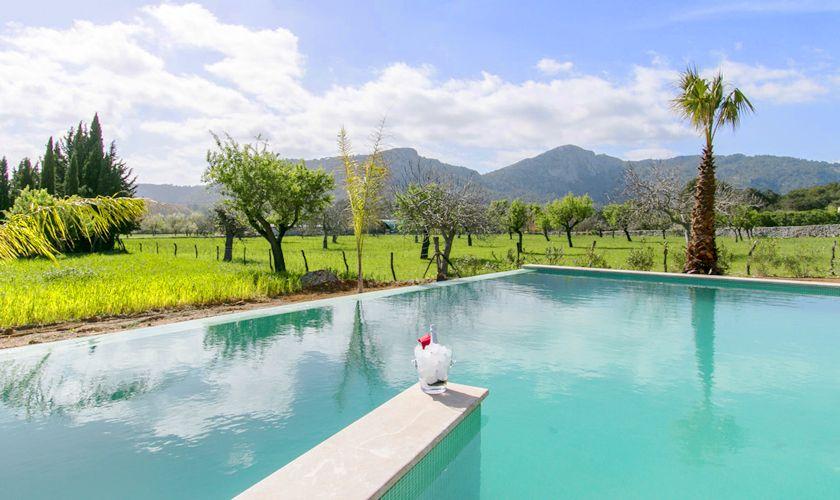 Pool und Landschaft Ferienvilla Mallorca Norden PM 3981