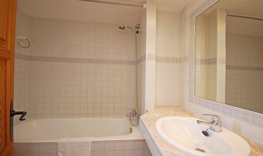 Badezimmer Ferienfinca Mallorca für 8 Personen PM 398