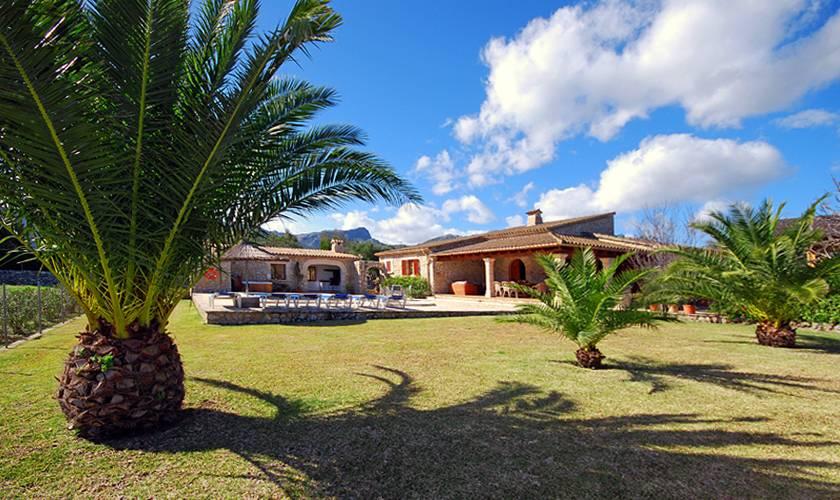 Rasenflächen und Palmen Finca Mallorca Norden PM 398
