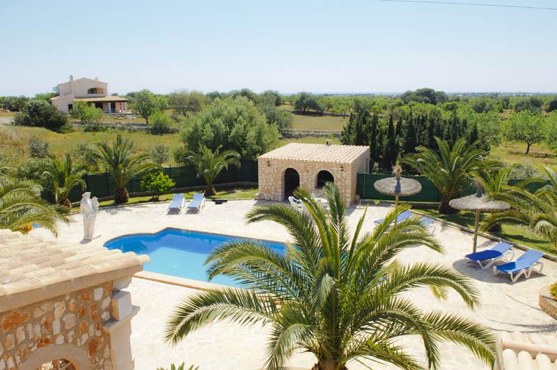 Blick auf Pool und die Ferienvilla Mallorca PM 6052 im Südosten