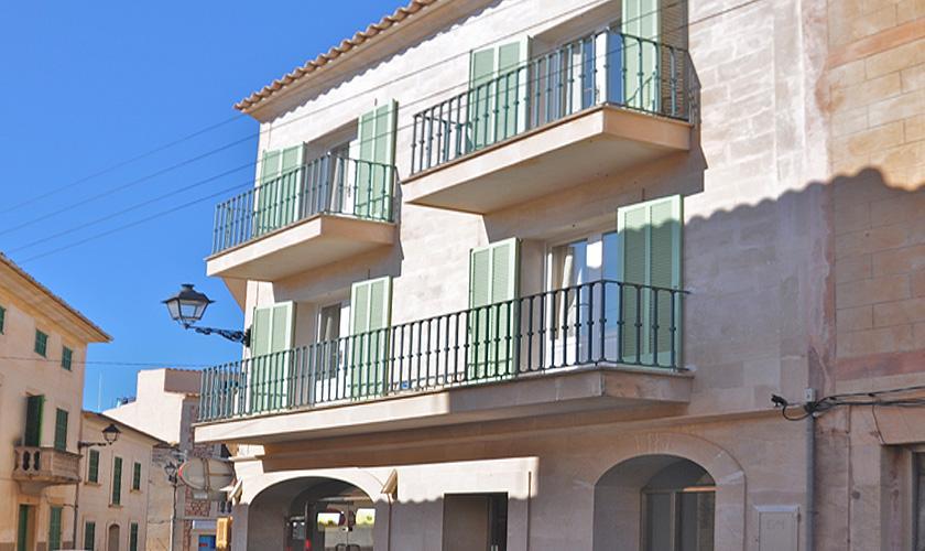 Fassade Dorfhaus Ferienwohnung Mallorca Santanyi für 4 Personen PM 6432