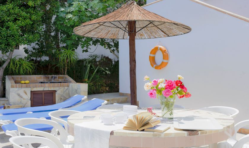 Terrrasse mit Sonnenschirm Poolvilla Cala D'or PM 6533