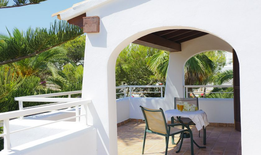 Kleine Terrasse oben Poolvilla Mallorca Internet 10 Personen PM 6533