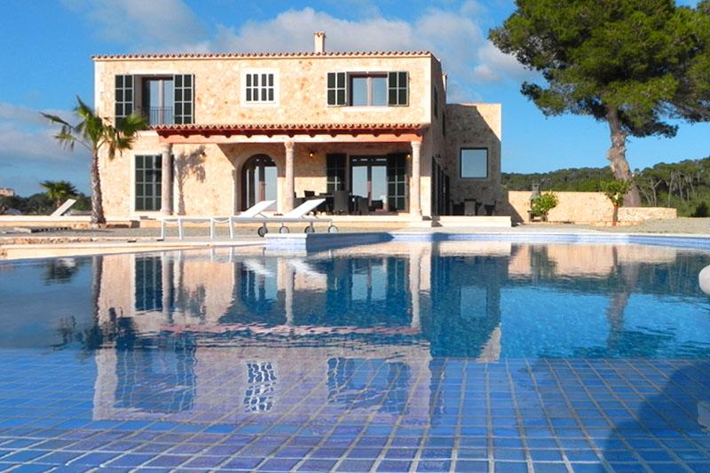 Blick auf die moderne Finca Mallorca mit Pool bei Felanitx PM 678
