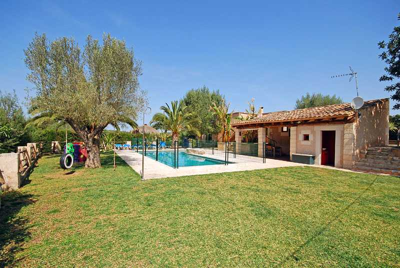 Pool und Rasenflächen Finca Mallorca PM 6820