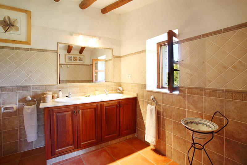 Eines der 4 Badzimmer Finca Mallorca Südosten mit Pool PM 6074