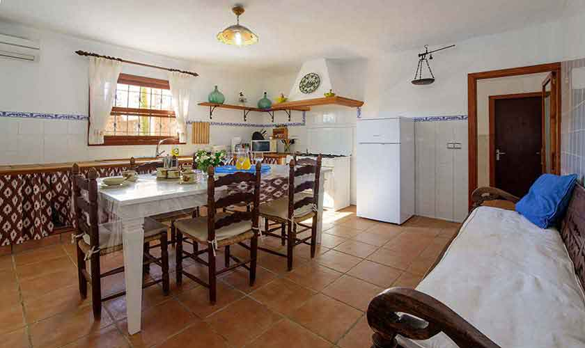 Esstisch und Küche Poolfinca Mallorca PM 6098