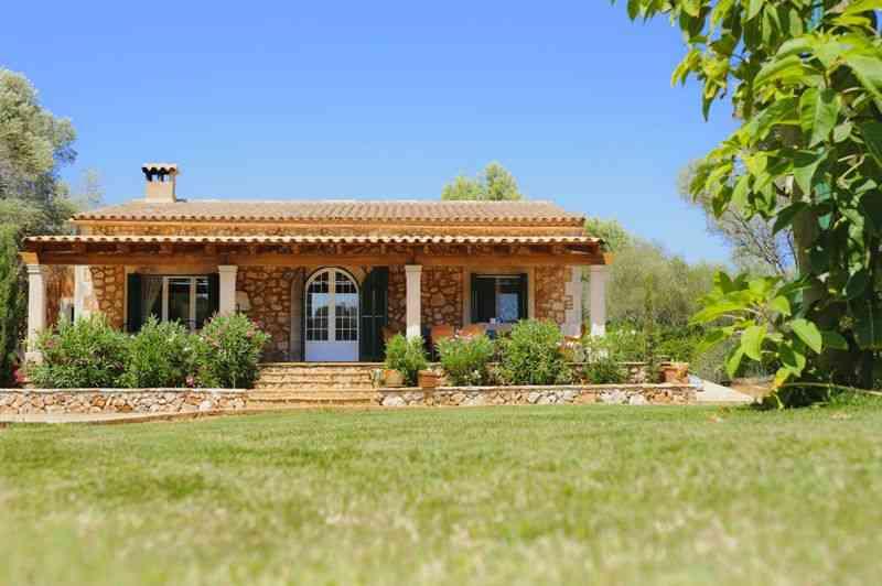 Blick auf Finca und Rasen Ferienhaus Mallorca Süden PM 6542
