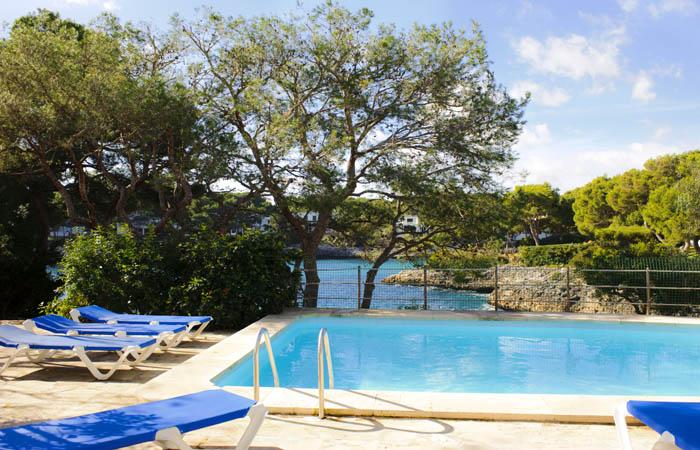 Poolblick Ferienhaus Mallorca direkt am Meer für 8 Personen PM 6576