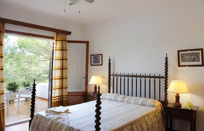 Schlafzimmer 2 Ferienhaus Mallorca direkt am Meer mit Pool für 8 Personen PM 6576
