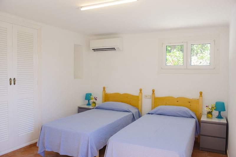 Schlafzimmer 2 Ferienvilla Mallorca für 12 Personen PM 6584