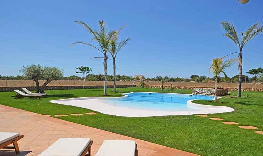 Großer Pool und Rasen Finca Mallorca Süden PM 6930